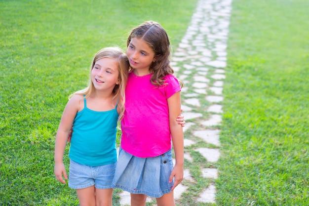 Freunde schwester mädchen zusammen in grasgarten spur