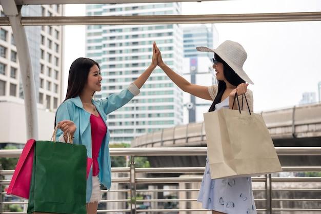 Freunde sehen sich nach dem einkauf nach verabredung