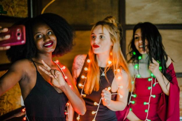 Freunde selbst mit glühbirnen