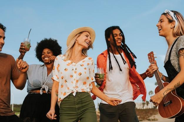 Freunde singen und tanzen am strand