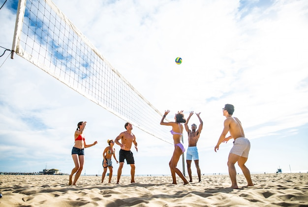 Freunde spielen beachvolleyball