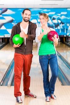 Freunde spielen bowling beim bowling