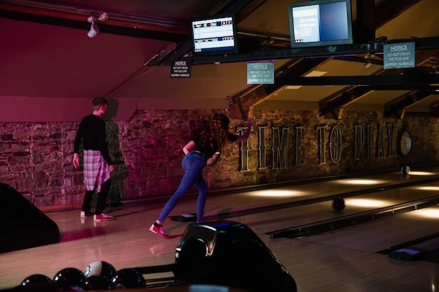 Freunde spielen bowling