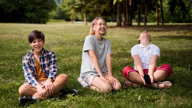 Freunde spielen draußen