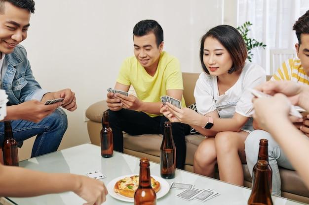 Freunde spielen karten
