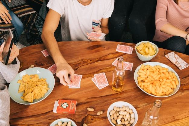 Freunde spielen kartenspiel