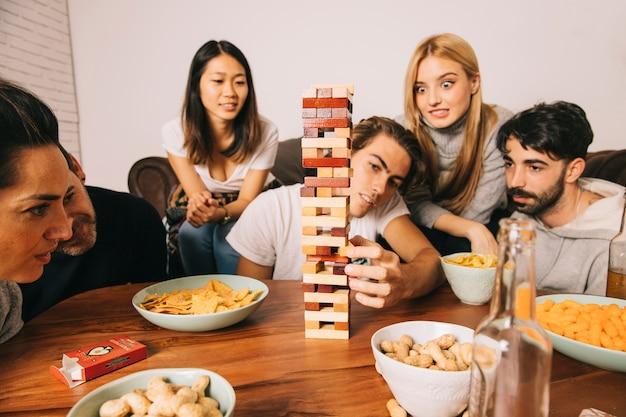 Freunde spielen tabletop-spiel in der stille