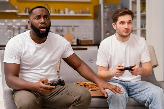 Freunde spielen videospiele im fernsehen