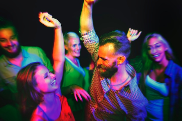 Freunde tanzen auf einer sommerparty