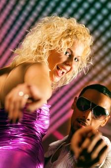 Freunde tanzen im club oder in der disco