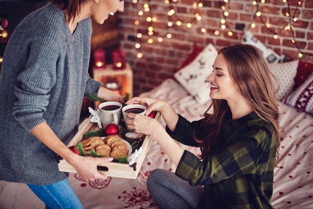 Freunde teilen snack im schlafzimmer