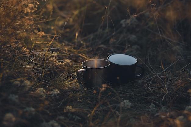 Freunde trafen sich zum kaffee herbst mit heißer thermoskanne und dampfkaltes wetterheißer kaffee in der handheißer tee