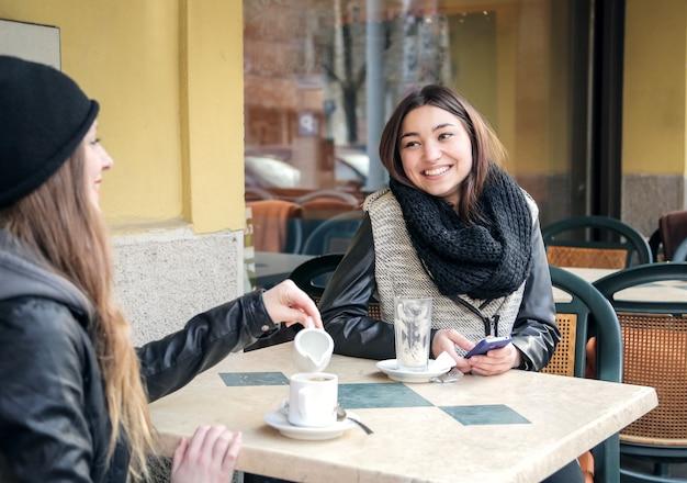 Freunde treffen in einem café