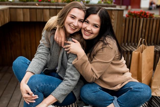 Freunde umarmen sich für ein foto