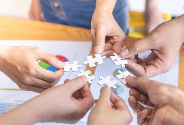 Freunde und team, die puzzlespiel für geschäftskonzept zusammenfügen