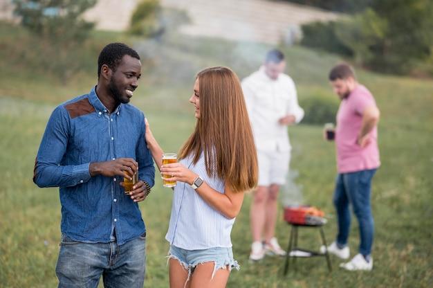 Freunde unterhalten sich beim grillen über bier