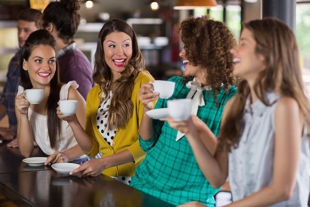 Freunde unterhalten sich beim kaffeetrinken im café