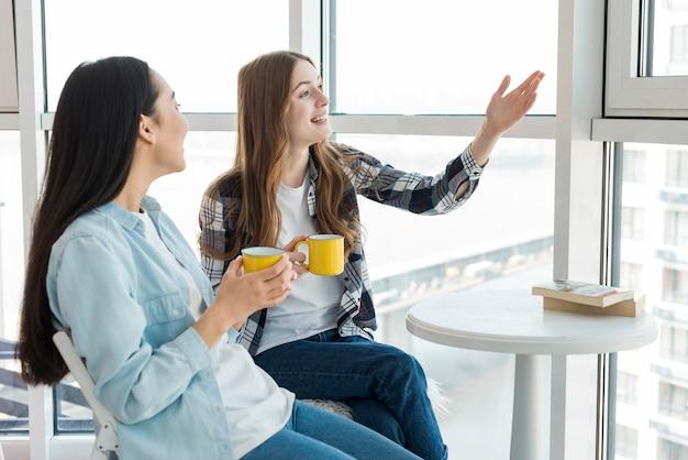 Freunde unterhalten sich für eine tasse tee