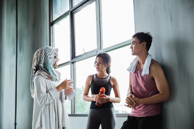 Freunde unterhalten sich im fitnessstudio nach dem gemeinsamen training