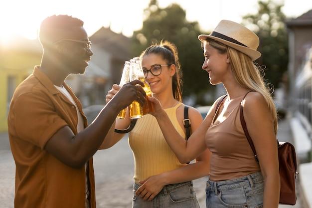 Freunde verbringen im sommer zeit zusammen draußen