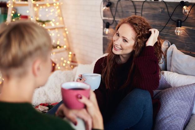 Freunde verbringen weihnachtszeit im schlafzimmer