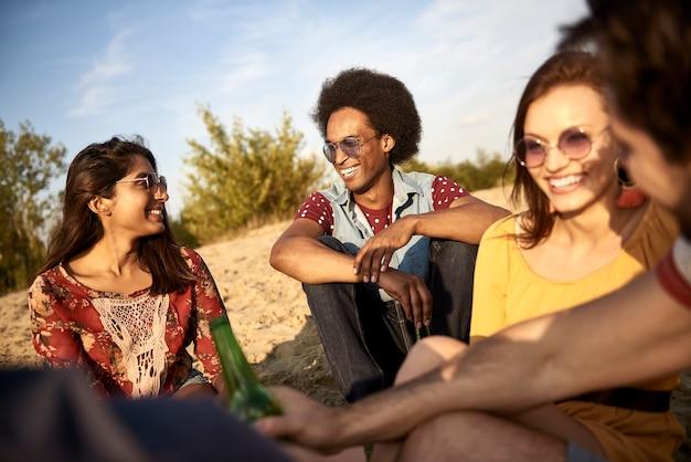 Freunde verbringen zeit an einem sonnigen tag am strand