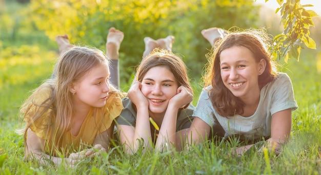 Freunde verbringen zeit miteinander in der natur