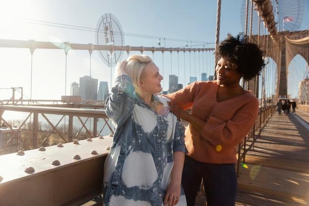 Freunde versammeln sich in new york medium shot