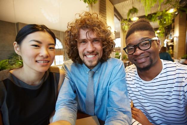 Freunde versammelten sich im café