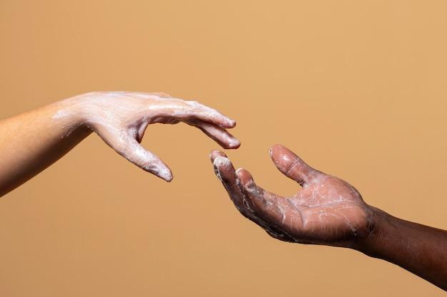 Freunde waschen sich die hände mit seife