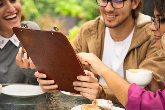 Freunde zusammen auf der kaffeeterrasse