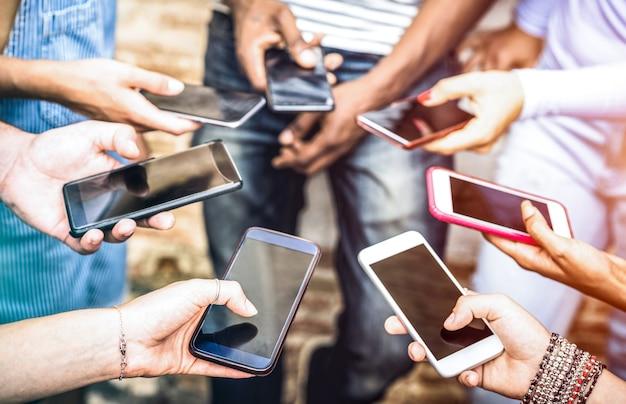 Freundesgruppe, die süchtig nach spaß zusammen mit smartphones hat