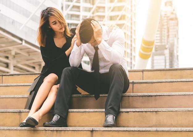 Freundin gibt trost zu einem gestressten boyfrined büro