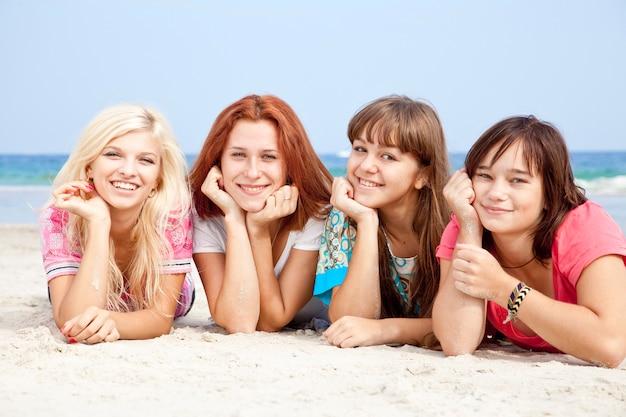 Freundinnen am strand liegend.