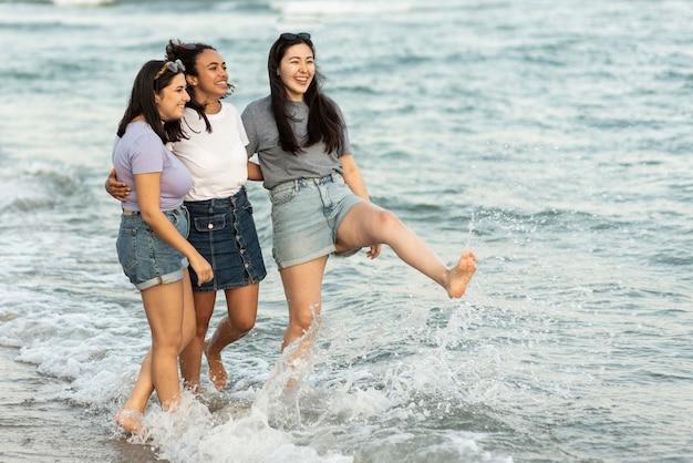 Freundinnen am strand zusammen