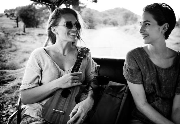 Freundinnen auf dem ausflug in die natur