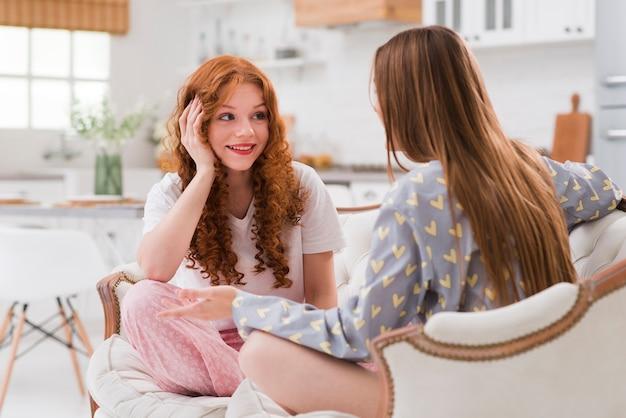 Freundinnen auf der pyjama-party im chat