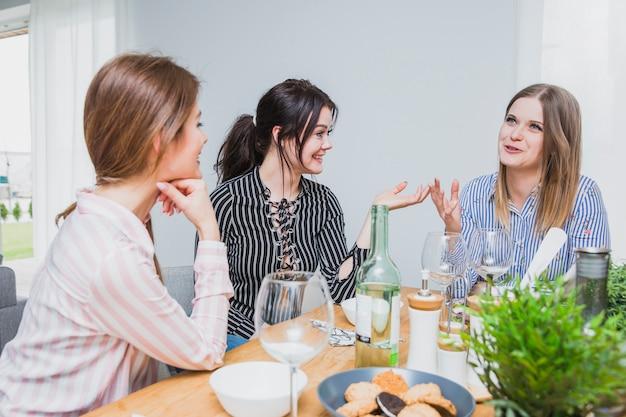 Freundinnen bei tisch sitzen und plaudern