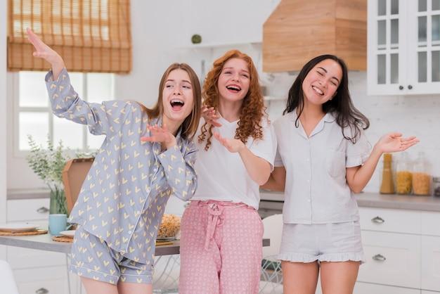 Freundinnen, die an der pyjama-party singen