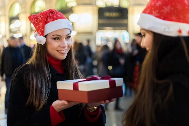 Freundinnen, die geschenke für weihnachten austauschen