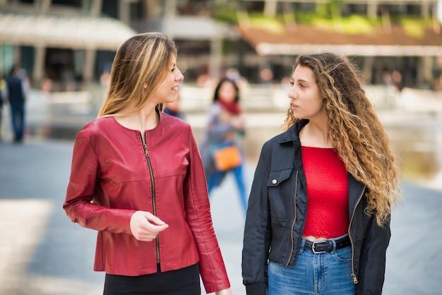 Freundinnen, die in einer stadt sich treffen