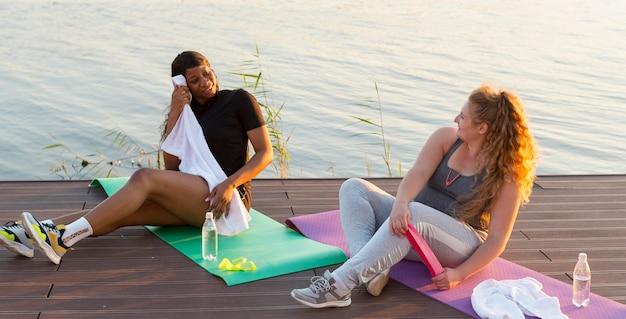 Freundinnen, die mit gummiband trainieren