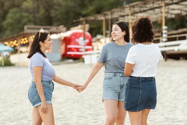 Freundinnen, die spaß am strand haben