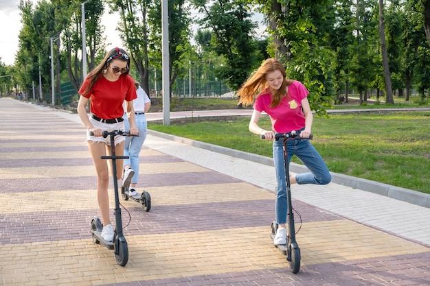 Freundinnen, die spaß beim fahren eines elektrorollers haben