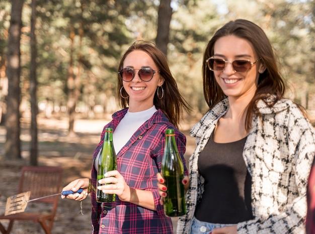 Freundinnen, die spaß haben und bier trinken