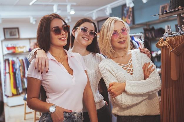Freundinnen, die zusammen am bekleidungsgeschäft kaufen