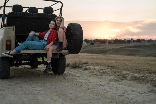 Freundinnen, die zusammen beim reisen mit dem auto aufwerfen
