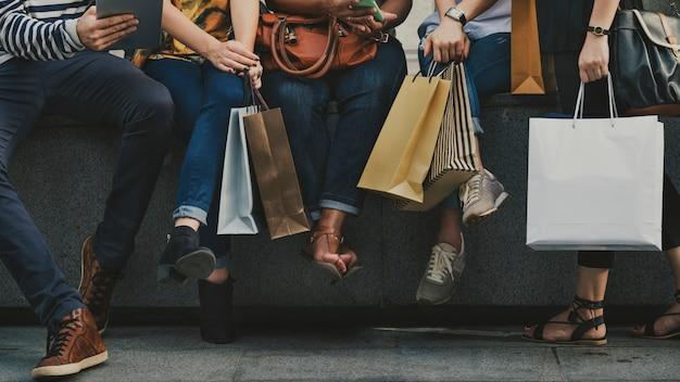 Freundinnen gehen einkaufen konzept