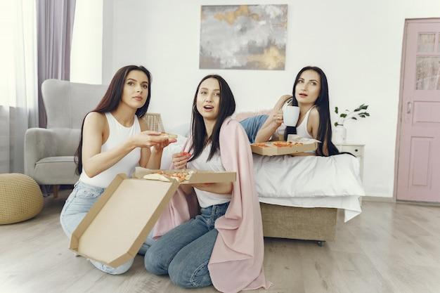 Freundinnen haben eine pyjama-party zu hause