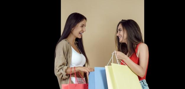Freundinnen halten einkaufstaschen
